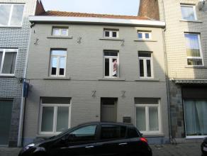 Zeer mooie stadswoning, volledig gerenoveerd in 'Flamant' stijl.  Het woongedeelte bevindt zich op de eerste verdieping met een ruime living, volled