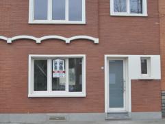 Volledig gerenoveerde woning op wandelafstand van het centrum van Landen, omvattende een ruime living en aansluitend keuken, inkomhal, toilet, 3 ruime