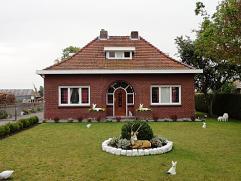 Mooie vrijstaande woning met 3 slaapkamers. Mooi aangelegde tuin en ruime garage. 1 slaapkamer en badkamer zijn gelegen op het gelijkvloers.  Gelijk