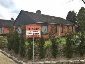 Half vrijstaande bungalow met drie slaapkamers, inpandige garage en een mooi aangelegde tuin met tuinhuis, gelegen op +/- 900 m².  Indeling: I