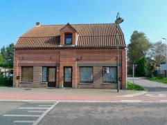 Deze charmante woning is gelegen nabij de Nederlandse grens.  De woning heeft een inkomhal, een leefkamer met volledig nieuwe keuken (nog nooit gebrui
