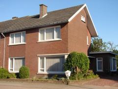 Ruime gezinswoning met 3-4 slaapkamers op 6a10 vlakbij centrum Neerpelt en Overpelt. Laag beschrijf mogelijk! Indeling beneden: hal, kantoor/slaapkame