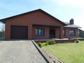 Gelijkvloerse woning met 3 slaapkamers, veranda (2000) en onderhoudsvriendelijke tuin op 7a52. Indeling: hal, woonkamer in L-vorm met inbouwhaard en t