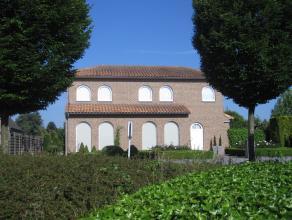 Mooie villa met degelijke afwerkingsmaterialen. De woning beschikt over een riante woonkamer met zicht op de achtertuin. Er is een volledig afgewerkt