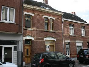 Corbiestraat 51 - 2400 Mol<br /> <br /> In centrum van Mol, gezellige stadswoning met 2 slaapkamers.<br /> <br /> Indeling:<br /> Inkomhal met trap ,