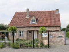Degelijk landhuis in mooie woonwijk   Indeling: Ruime inkomhal met traphal en wc, woonkamer met inbouwhaard en aansluitend open ingerichte eetkeuke