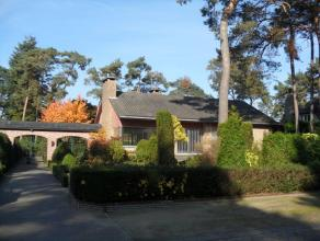 In villapark gelegen goed onderhouden landhuis met 3 slaapkamers, inpandige garage (kelder) en fraai aangelegde tuin!