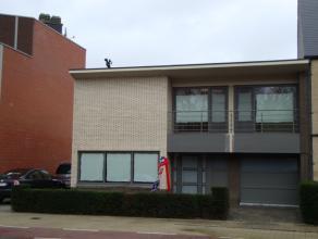 Gerenoveerde ééngezinswoning met ruime woonkamer (45 m²), 4 slaapkamers en tuin, gelegen in centrum van Lommel.
