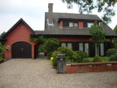 Fraai landhuis met 3 slaapkamers en mooie tuin, gelegen in bosrijk villapark.