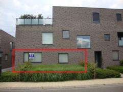 Prachtig gelijkvloers appartement met ruime living (42m²), 2 slaapkamers, terras, tuintje, 2 autostaanplaatsen en 2 privé-kelders. EPC : 2