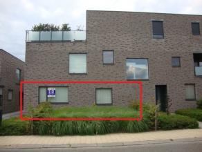 Prachtig gelijkvloers appartement met ruime living (42m²), 2 slaapkamers, terras, tuintje, 1 autostaanplaats met bijhorende berging. EPC : 211 kW