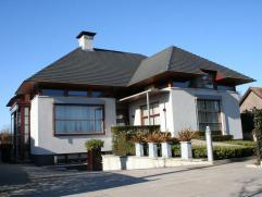 Luxe afgewerkte, moderne villa (600m²-1800mÂ) met lift, 2 badkamers en 3 royale slaapkamers op perceel van 14a. EPC : 155 kWh/m². Het
