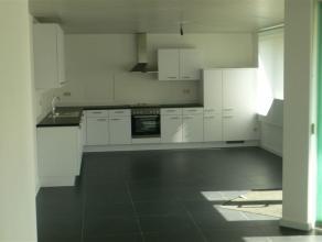 Zeer mooi gerenoveerd gelijkvloers appartement van 110 m² in Kerkhoven. De indeling is als volgt: mooie inkomhal afsluitbaar met een elektrisch r