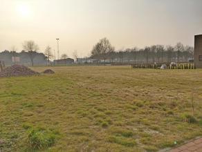 Lot 28, gelegen in een woonuitbreidingsgebied op de verkaveling genaamd 'De Erck'. Dit perceel biedt de mogelijkheid voor een open bebouwing waarvan d