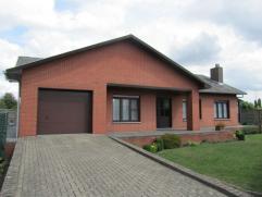 Ruime en rustig gelegen gezinswoning te Overpelt op een mooi perceel van ca 7a50ca.  De woning bestaat op gelijkvloers uit inkomhal, mooie woonkamer m