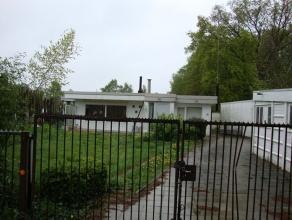 Zeer landelijk gelegen vrijstaande bungalow voorzien van, cv op gasolie, alle nutsvoorzieningen, houten ramen en deuren en volledig omheinde tuin. Gee