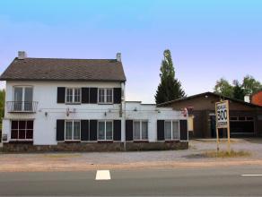 Langs een doorgaande weg gelegen vrijstaand woonhuis met bedrijfsruimte. Voor meer info contacteer ons kantoor 089 47 27 80.