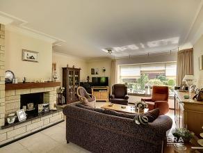 Charmante bungalow van 1975 op 10a55ca. Indeling: Inkomhal, ruime L-vormige woonk, moderne keuken. Via de keuken krijgt men toegang tot de kelder en &