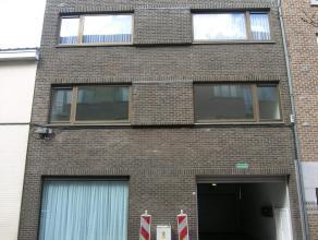 Gerenoveerd appartement met 2 slaapkamers op een top-locatie, pal in het centrum van Genk. Het appartement kent volgende indeling: Inkomhal geeft toeg