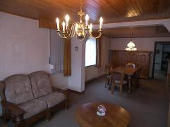 Centraal gelegen woning, op een perceel van 10are 80ca.  Inkom, woonkamer, keuken, kelder, veranda, badkamer/CV ruimte, 3slaapkamers, vaste trap naa