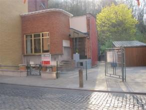 Offre àpd 159000euro- Charmante maison 3 façades en bon état, à 2' du centre et des axes autoroutiers . Rez: Hall d'entr&e