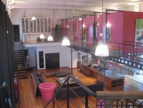 Au calme, excessivement discret, ce loft loué meublé, de très haut standing et 600 m² habitables, est pourvu de 4 chambres e