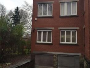 Située dans le parc de Cointe, cette maison 3 façades présente une superficie habitable de l'ordre de 120 m². 2 chambres. Cu