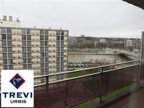 Au 8ème étage de la Résidence (façade avant) : TRES JOLI STUDIO (+/- 48 m² avec terrasse), vue sur Meuse, état
