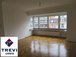 Très bel appartement 2 chambres entièrement rénové. Beau parquet, séjour spacieux et lumineux (42 m²), deux be
