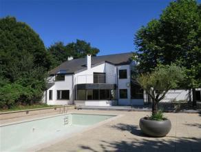 Très belle villa située sur une grande parcelle disposant d'espaces de vie spacieux et agréables. La disposition des pièce