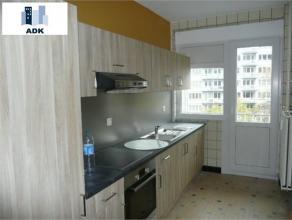 Appartement 2 chambres en plein centre ville. Composé d'un hall d'entrée, d'un grand séjour sur parquet avec vue sur le boulevard