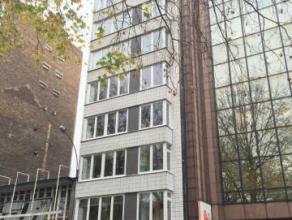 Appartement de 140 m² situé au 6ième étage avec une très belle vue sur le boulevard d'Avroy. Composé d'un hall