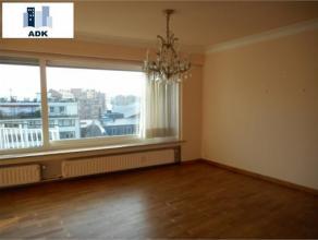 Superbe appartement très lumineux idéalement situé au 8ème étage avec une vue magnifique. Il est composé d'u