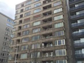 Bel appartement avec vue Exceptionnelle sur la Meuse. Ce bien est composé d'un hall d'entrée avec armoire de rangement, d'un living sur