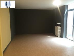 Spacieux Studio situé au centre ville, composé d'un hall d'entrée, d'une spacieuse pièce de vie, d'une cuisine (meuble &ea