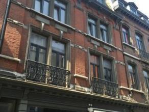 Bel appartement situé dans le coeur historique de Liège, au deuxième étage dun petit immeuble. Le bien se compose d'un hal