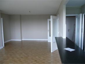 Appartement 1 chambre 80 M2 entièrement rénové avec cuisine américaine et terrasse tout le long. Hall d'entrée, s&e