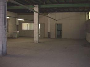 Entrepôt situé à proximité de toutes commodités. La superficie de 250m² est actuellement divisée en troi