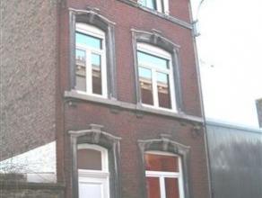 Maison de trois chambres située dans une rue calme. Le sous-sol comprend deux caves. Le rez-de-chaussée se compose d'un hall d'entr&eacu