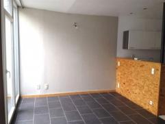 Appartement situé au rez-de-chaussée et comprenant une cour. Un hall d'entrée, une pièce de séjour de 27m² ave