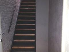 Appartement au 1er étage comprenant une terrasse. Hall d'entrée avec cage d'escalier privée. Une pièce de séjour de