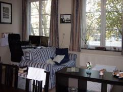 Appartement de 64m² situé au centre de Liège. Petit hall d'entrée. Pièce de séjour de 25m². La cuisine de