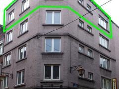 Appartement meublé, impeccable et très lumineux, situé au quatrième étage d'un immeuble en plein centre ville. Il s