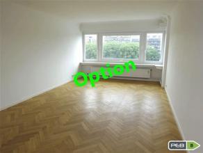 Spacieux appartement une chambre de 74m² situé 6ème étage et disposant d'une jolie vue. Grand hall d'entrée avec port