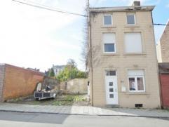 Maison comprenant au rez: un séjour, une cuisine équipée, une salle de bain, une petite cour ; au 1er étage: 2 chambres; a