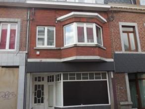 Immeuble d'habitation et de commerce, comprenant au rez: une surface commerciale de 65 m² ; au 1er étage: un hall, une cuisine, un s&eacut