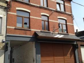 Ensemble immobilier comprenant une maison de rapport avec 3 logements 1 chambre et 3 logements 2 chambres; 15 garages, un atelier et une cour. R&eacut