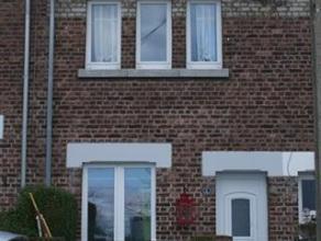 Belle petite maison se composant au rez-de-chaussée: hall d'entrée, cuisine équipée (10m²), salon/sam (19m²), bu