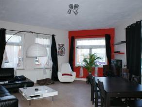 Bel appartement se composant au rez-de-chaussée: hall d'entrée (10m²). Au premier étage: hall (12m²), une cuisine semi