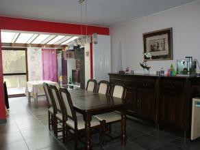Très belle maison se composant au rdc: hall, salon/sam, cuisine équipée et véranda, arrière cuisine, wc. Au premier